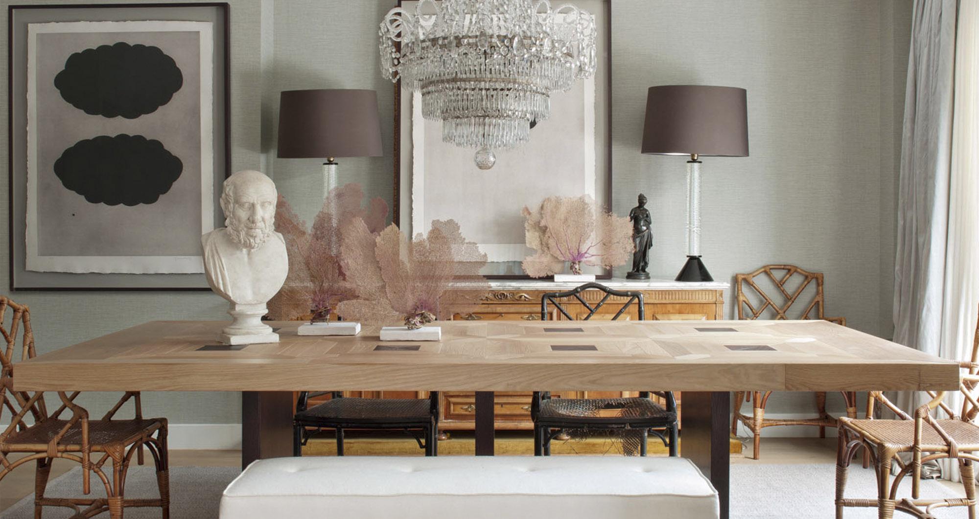 Mesa de comedor con sillas antiguas decorada con busto antiguo y decoración marina, con lámparas de mampara marrón y lámpara de techo estilo araña. Obra de Belén Ferrándiz, inteirorista y arquitecta