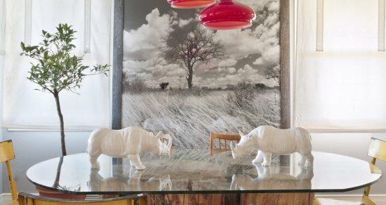 Casa en el encinar decorada y reformada por Belén Ferrándiz con estilo moderno, esculturas de rinoceronte, lámparas rojas y cuadros modernos