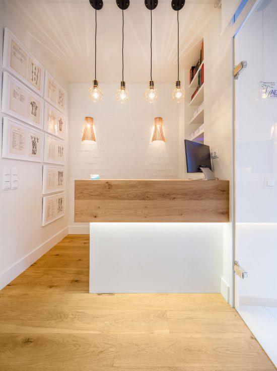 Mostrador de madera con lampara moderna en techo e interiorismo desarrollado por Belén Ferrándiz